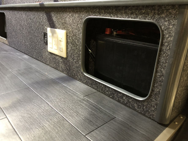 ▲既製品の右ボックスに、ユニカーズさんで100Vコンセントなどを設置していただきました。