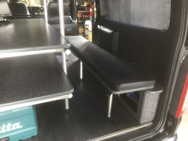 ▲右面のベンチは休憩中に仮眠できますし、荷物が多い時には…