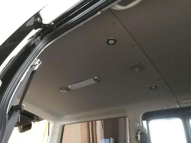 ▲NV350キャラバンの天井に蛍光灯・スポットライトを付けました