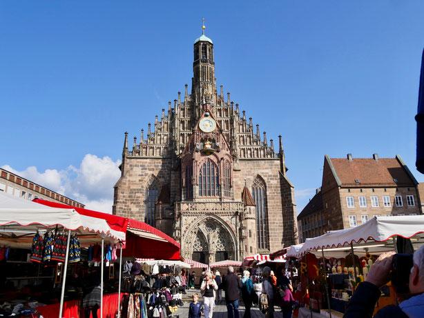 Die Frauenkirche in Nürnberg und der Hauptmarkt
