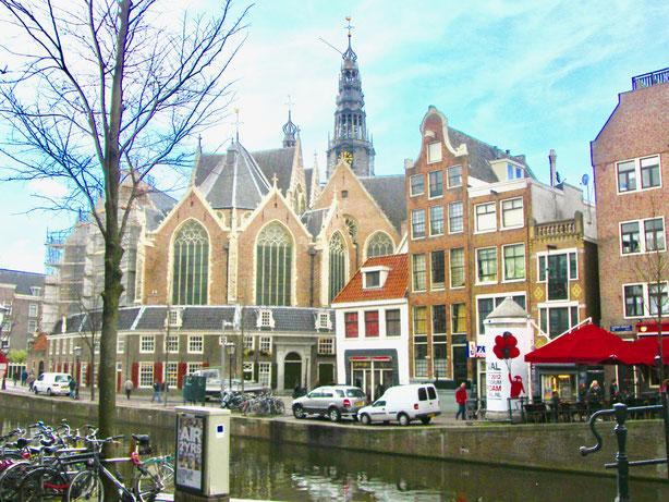Amsterdam Rotlicht Viertel an der Kirche