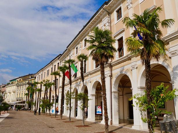 Italien Reise: Salo, GardaseeJugendstil  Palazzo mit Arkaden, Rathaus von salo