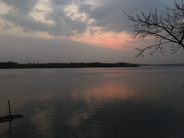 世界が目覚め始める時間の静寂で神聖な空気。