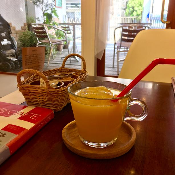 どことなくリゾート感ただよう「預言カフェ」(高田馬場)。フロリダ産100%オレンジジュースが、この日の真夏のようなお天気に映えました♪