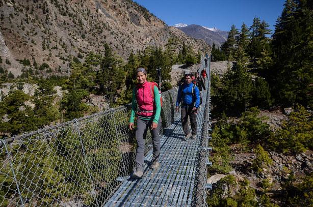 Mittlerweile liefen wir über so viele Hängebrücken, da stört uns das Schwanken nicht mehr