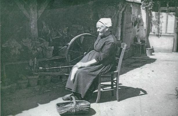 Archives familiales.  Photo sans doute non professionnelle prise sur le lieu de vie  à Frossay au milieu XXème siècle