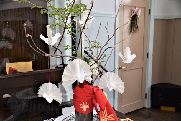 聖霊降臨祭・ペンテコステを迎えた旭東教会の礼拝堂講壇です。講壇掛けは世界でひとつの手作りです(^^♪