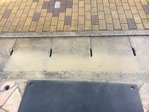 泥が道路に流れてしまった
