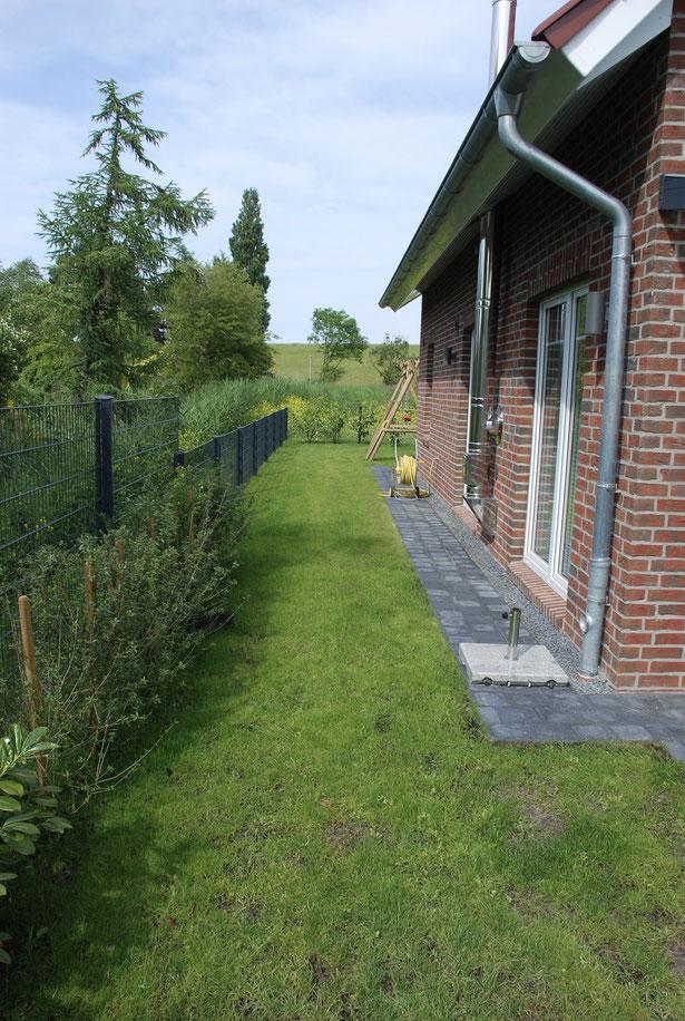 Blick auf Garten und Spielplatz, Dat Roode Hus 40. ( Im Hintergrund der Deich )