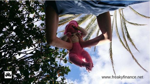 freaky finance, freaky travel, Gran Canaria, Reisebericht, Person hebt Baby hoch