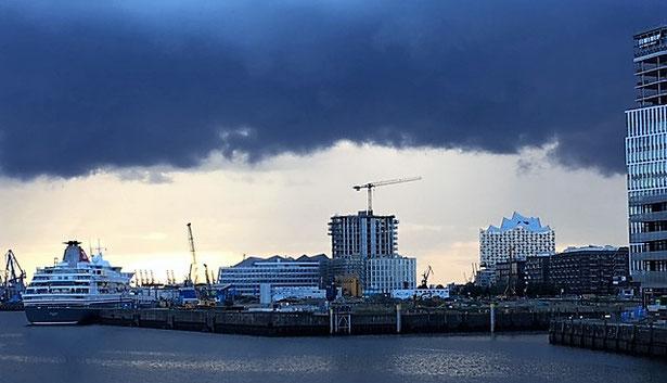 freaky finance, HafenCity Hamburg, Regenwolken, Elbphilamonie