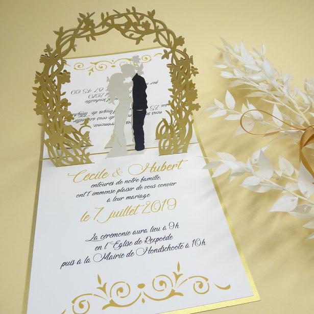 Faire-part mariage Pop-Up couple sous une arche fleurie