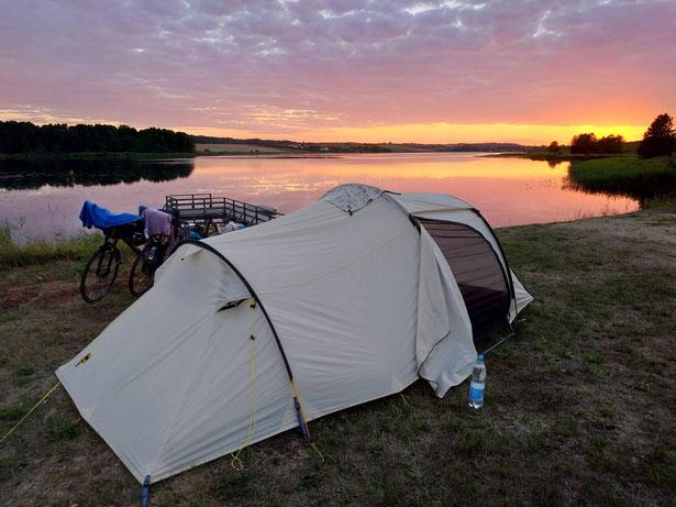 Am besten ist ein Zeltplatz an einem Gewässer wie diesem in Litauen