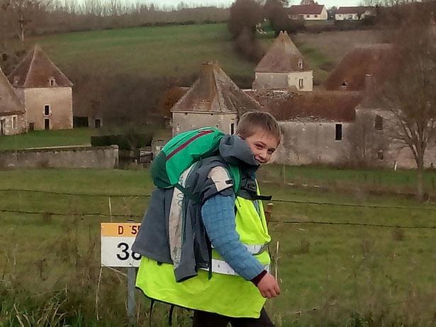 Victor devant le château médiéval aux Fouchards, près de Cosne sur Loire