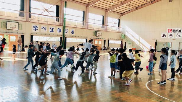 学校の体育館でダンスを楽しむ子供たちの様子。熊本市内近郊なら出張ダンス教室も受け付けております。