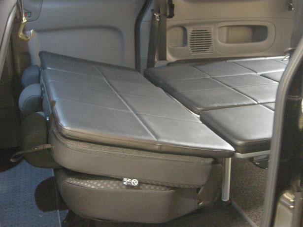 NV200にライトキャンパーキットを装着して、車中泊やキャンピングを楽しむことかできます。