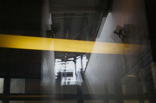 Mathieu Guillochon photographe, sur les lignes, train, gare, néon, reflet, escalier, couleurs.
