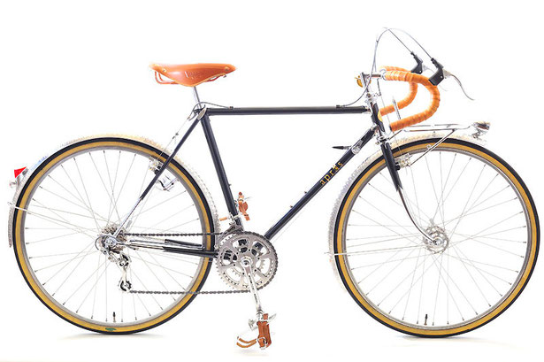 Sさんのツーリング車。日工産業製のバルジ加工ラグをライジンワークスがスペシャルカットした、あのフレームです。パーツはもともと乗られていた自転車からの載せ替え、および一部が持ち込みパーツとなっています。