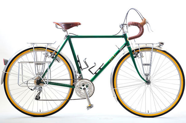 Hさんのキャンピング車。28歳のHさんは「日本一周のために自転車をオーダーしたい」とご来店。リアサイドバッグ仕様でのご注文でした。そこで、荷物の積載量を考慮して、シートステイは16φのがっちりした大ぶりな二本巻き仕上げするなど、本格的な旅仕様の構成となりました。