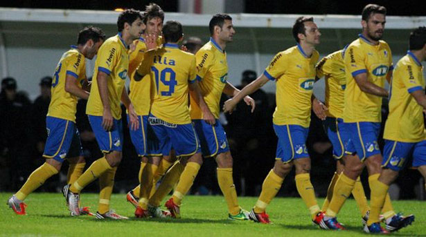 Borda es felicitado por sus compañeros después de conseguir el gol que dio los tres puntos al Apoel.
