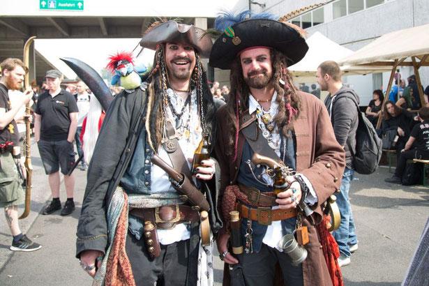 Zwei Leute sind als Piraten auf der RPC in Köln unterwegs.