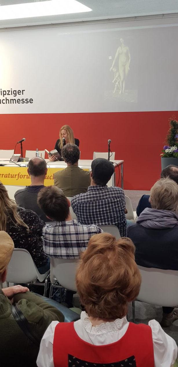 Hier sieht man eine Frau, die auf der Leipziger Buchmesse liest. (Bild: Palm Art Press)