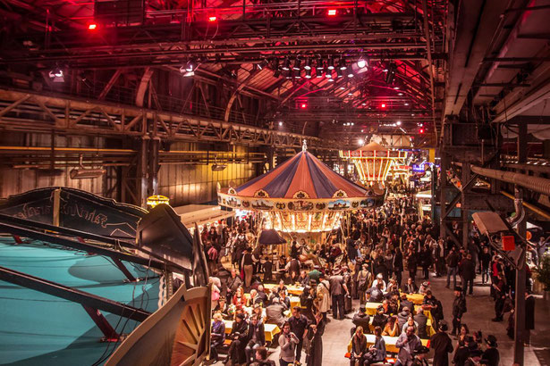Menschen beim Steampunk-Jahrmarkt in der Bochumer Jahrhunderthalle.