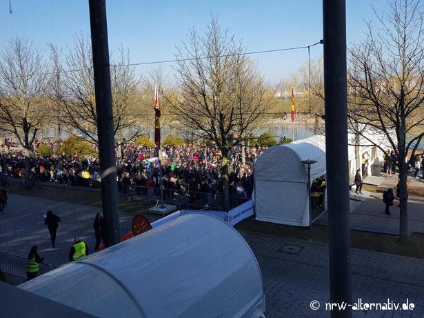 Bild mit Schlagen vor den Taschenkontrollen der Leipziger Buchmesse
