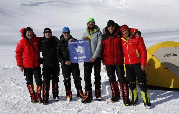 Das erfolgreiche AMICAL alpin Gipfelteam mit Expeditionsleiter Ralf Dujmovits