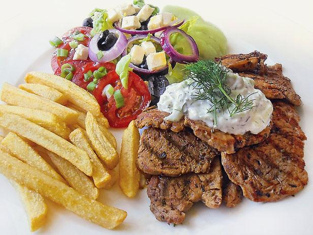 Gyros mit Tzaziki, Griechischer Salat, Pommes frites