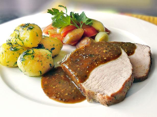 Rôti de Cochon »sous-vide«, Jus de Cochon à la Moutarde, Légumes grillés de Racines, Pommes Châteaux