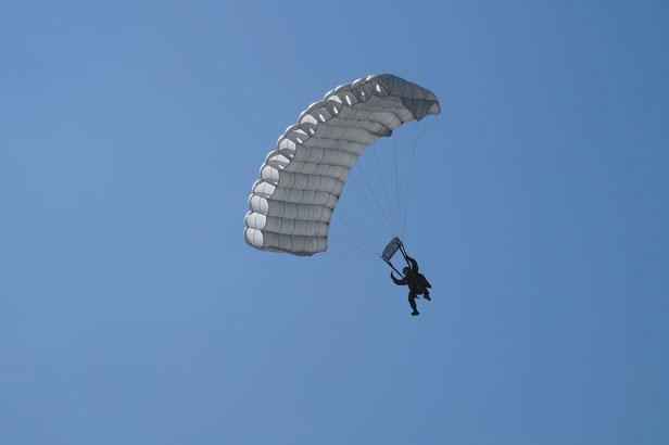 上空1200メートルからの空挺降下。かっこいい!