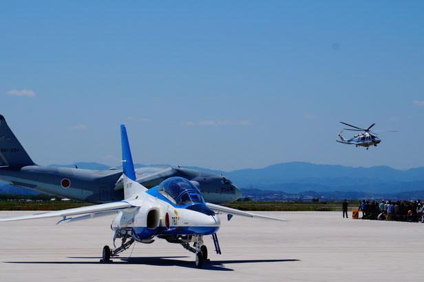 様々な展示飛行が行われていました。また格納庫の中にも展示やイベントがいろいろ。