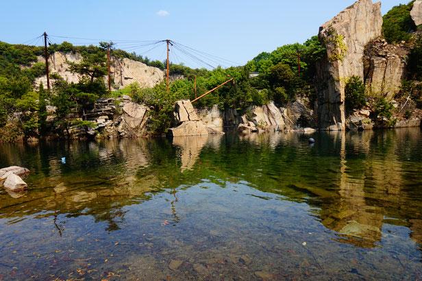 こちらも昔は採石場でした。そのあとに水がたまり、池になっています。