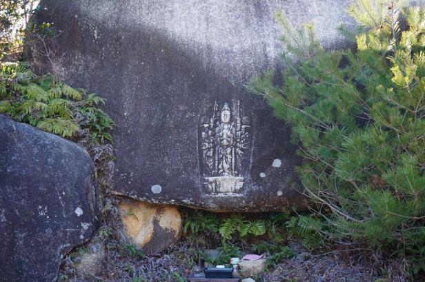 石にほられた仏像。