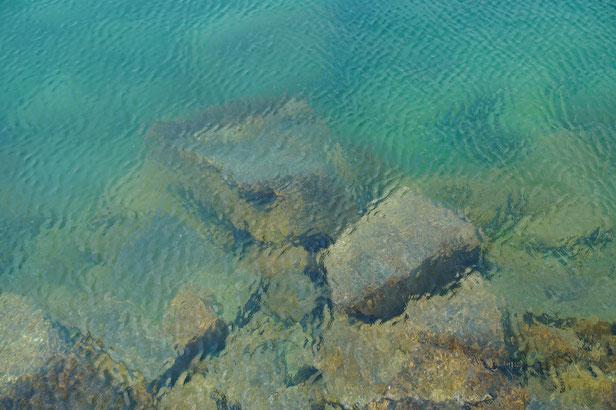 確かに海の色の美しさはすばらしいです。夏はもっと青く見えるそうです。