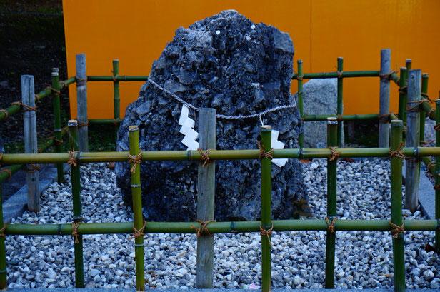 駐車場のすぐ横に国家の中にでてくる「さざれ石」がありました。