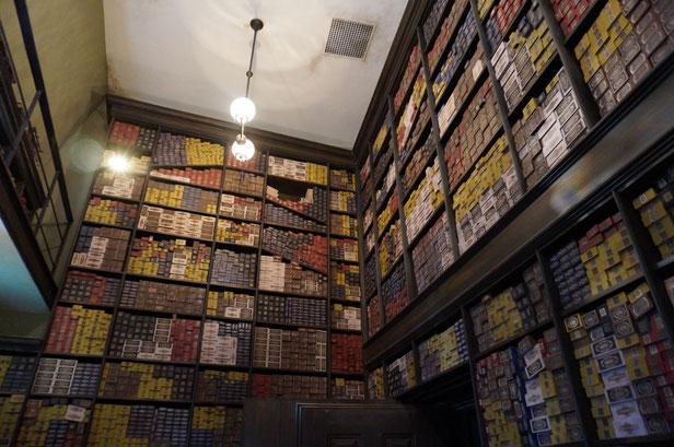 こちらはオリバンダーのお店。杖が魔法使いを選ぶ様子を体験しました。