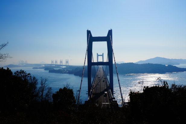 ここは私の大好きなポイント。瀬戸大橋を真っすぐ見下ろすことができます。