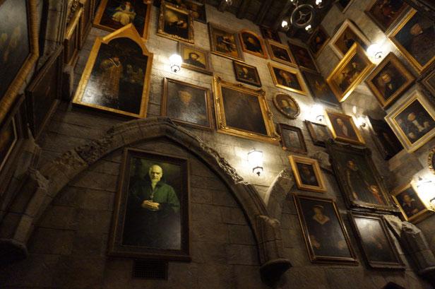 お城の中も映画そのもの。動く肖像画や魔法の世界にどっぷり浸れます。