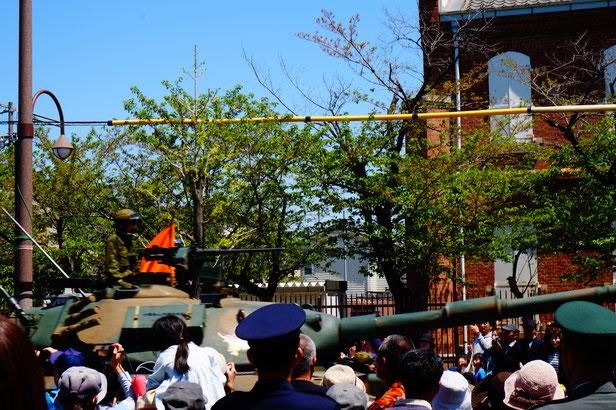戦車は道路を傷めないよう、キャタピラにゴムを巻いているそうです。