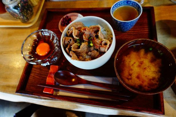 主人はイノシシ肉のランチを選択。どちらもたまごかけごはんが楽しめます。
