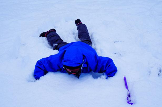 さっそく三男は大好きな雪遊び。