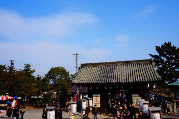 1月2日は、参拝の人がたくさん。屋台もありとてもにぎやかでした。