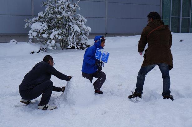 みんなで雪だるまづくり。でもサラサラでなかなか固まらず苦戦・・・