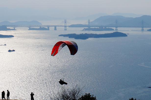 坂道を何度もパラグライダーを背負って登っては飛んで降りる苦しい訓練でした。