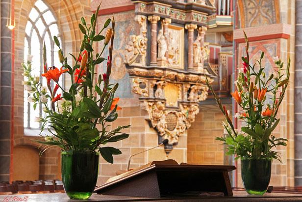 Blick vom Südschiff über den Altar.