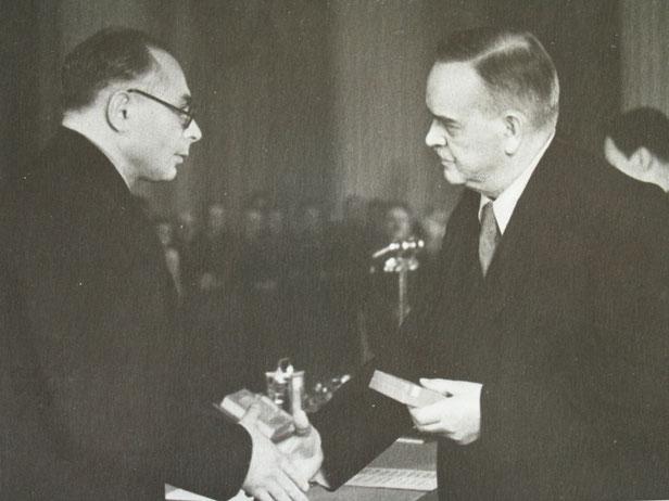 ИИ-19. 1951 г.  Орден вручает Председатель Президиума Верховного Совета СССР Н.М. Шверник