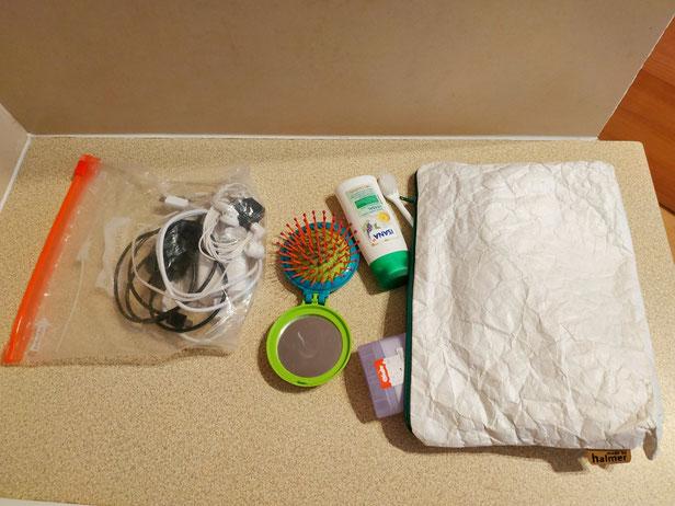 Durchsichtige Gefrierbeutel zum Schließen und waschbares Toilettascherl sorgen für Ordnung.