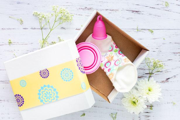 Mittlerweile gibt es unzählige Anbieter von Menstruationstassen in verschiedensten Formen, Größen und Materialien